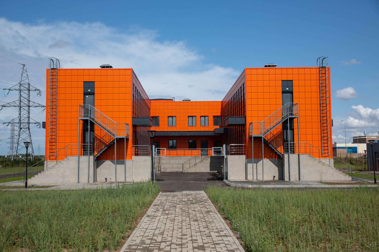 На первом этаже здания располагаются карантинные комнатки и операционные, на втором - офисы