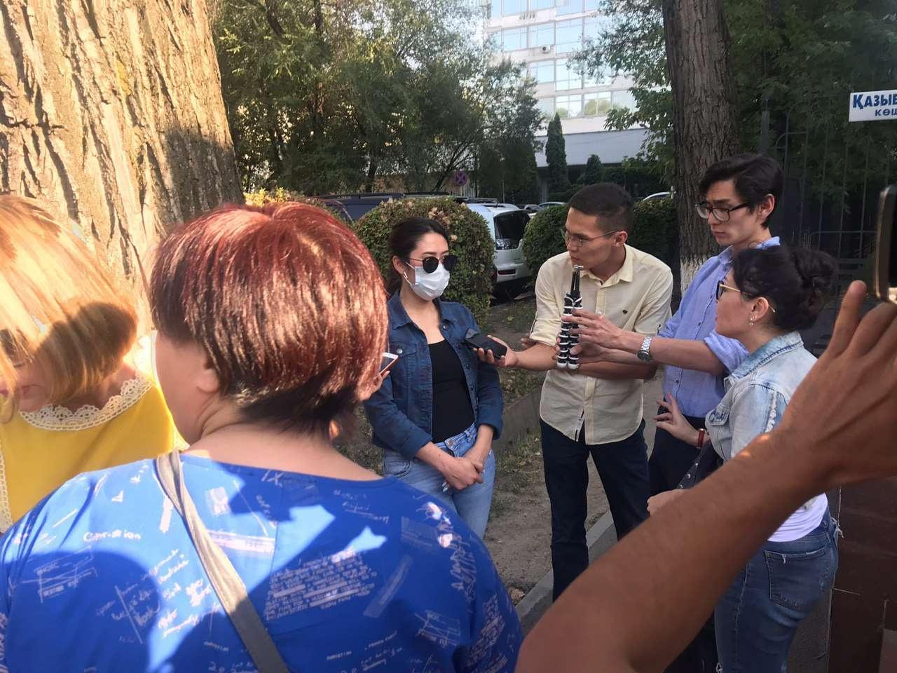 Потерпевшая беседуют с журналистами у здания суда