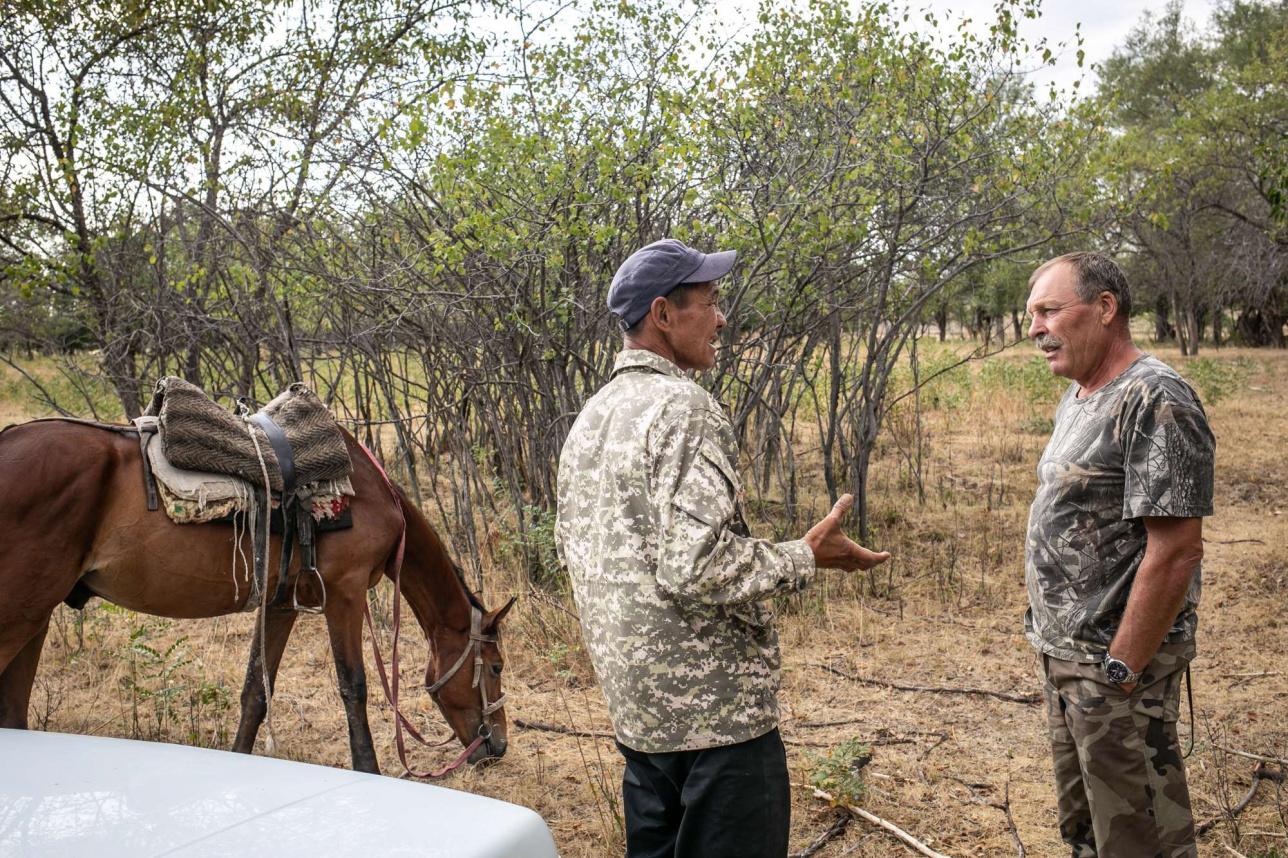 Егерь спрашивают у чабана, видел ли он браконьеров