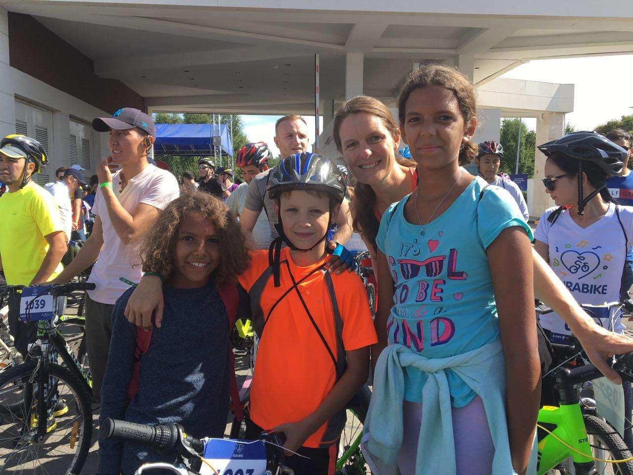 Джеми Мембрату с двумя детьми (по краям)