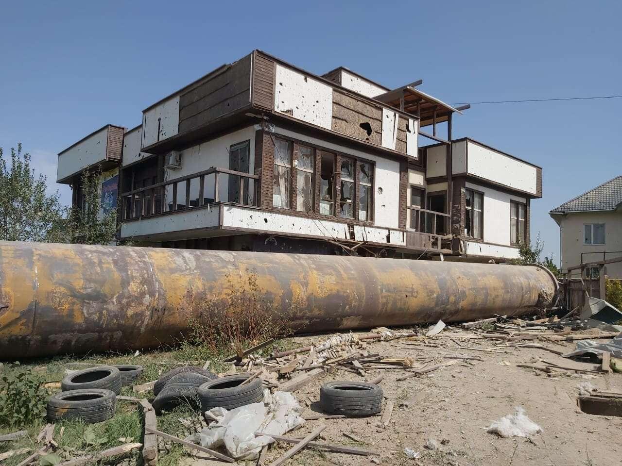 Часть дымоходной трубы упала на территорию частного жилого сектора