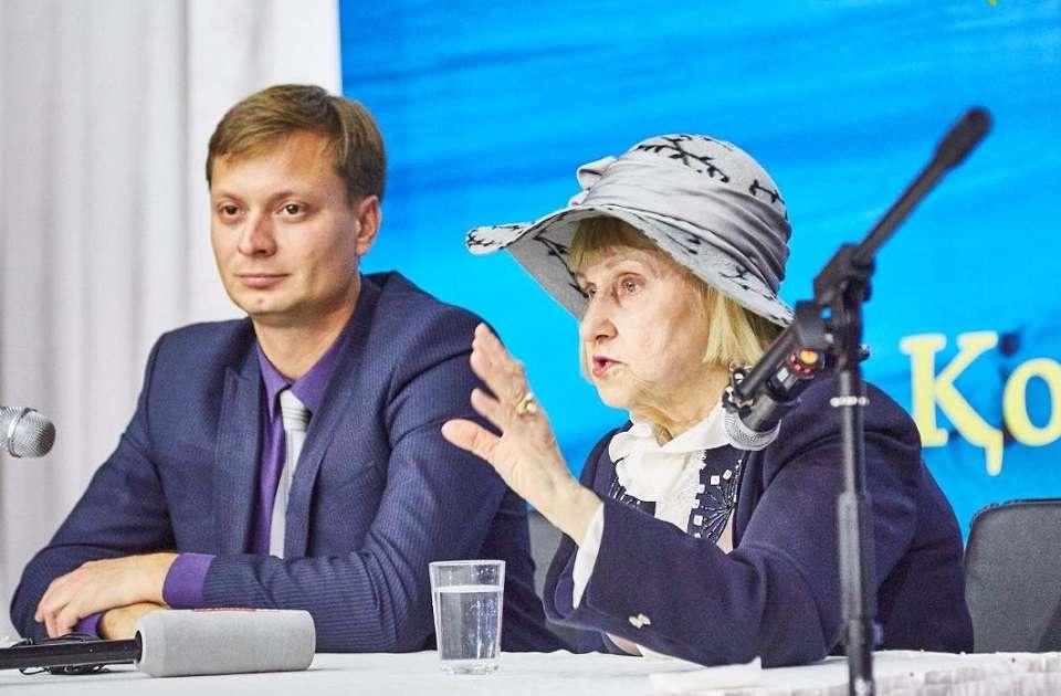 Валерия Порохова в Актау выступает со своей лекцией на тему религии