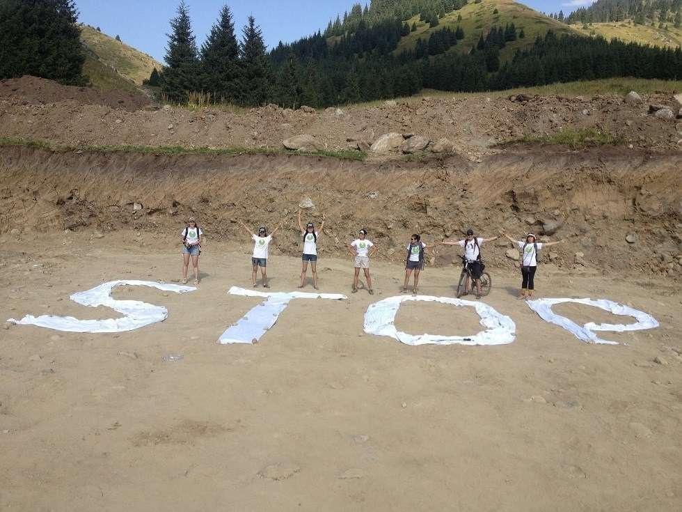 Флешмоб защитников урочища на дне котлована подстанции. 10 августа 2014 года