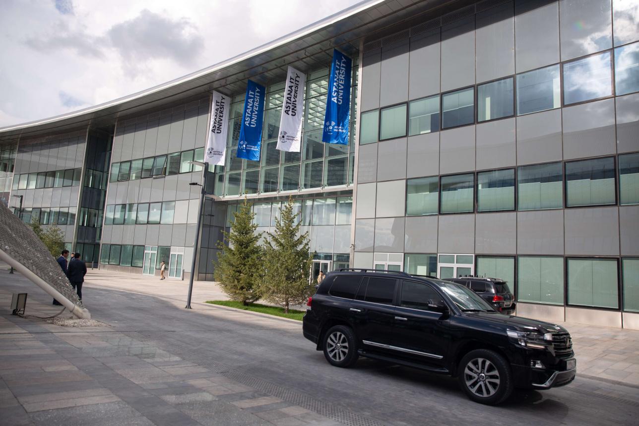 Вход в университет на территории ЭКСПО