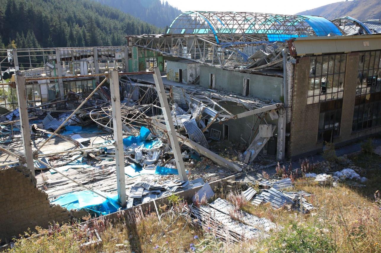 Разрушенный спорткомплекс в Бутаковском ущелье. 2018 год