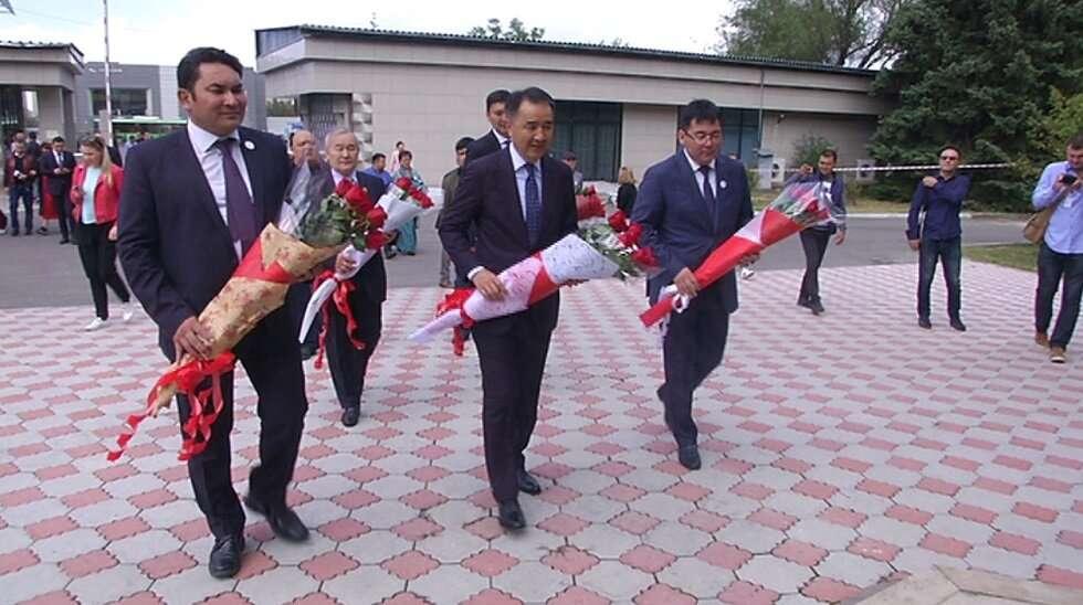 Гости торжественной церемонии возложили цветы к памятнику Айманова