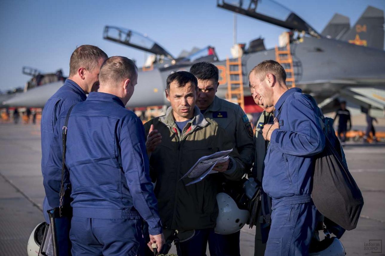 Российские лётчики обсуждают результаты тренировочного вылета