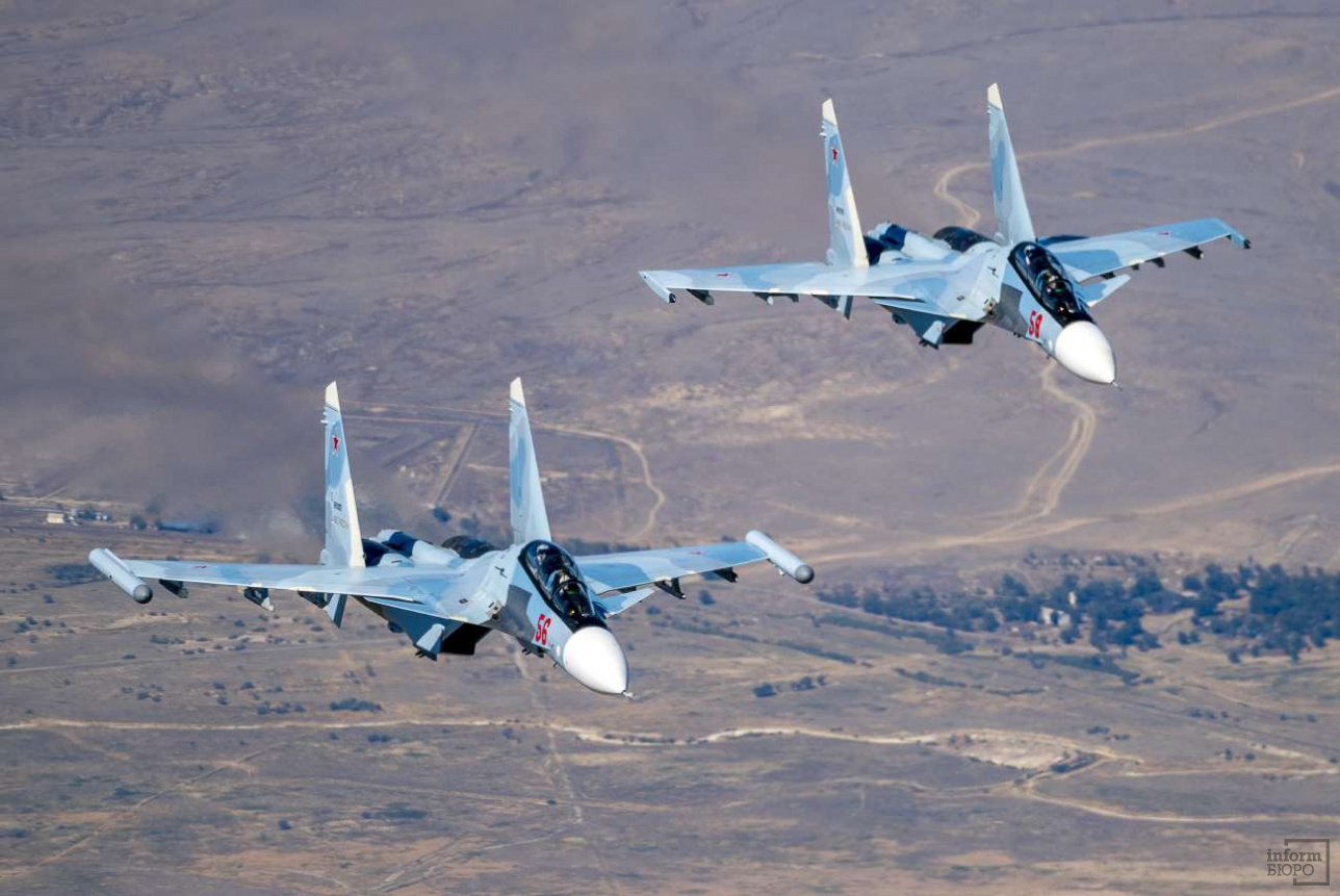 Российские истребители сопровождают транспортник
