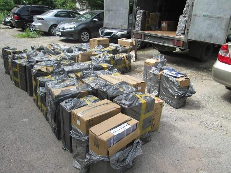 Подготовка коробок с сигаретами к перевозке и их упаковка