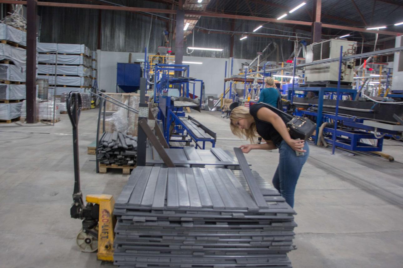 Из пластиковых пакетов делают строительный материал