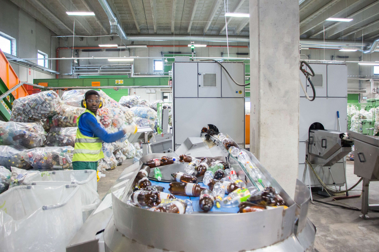 Тара-автоматы принимают стекло, пластик и алюминиевые банки