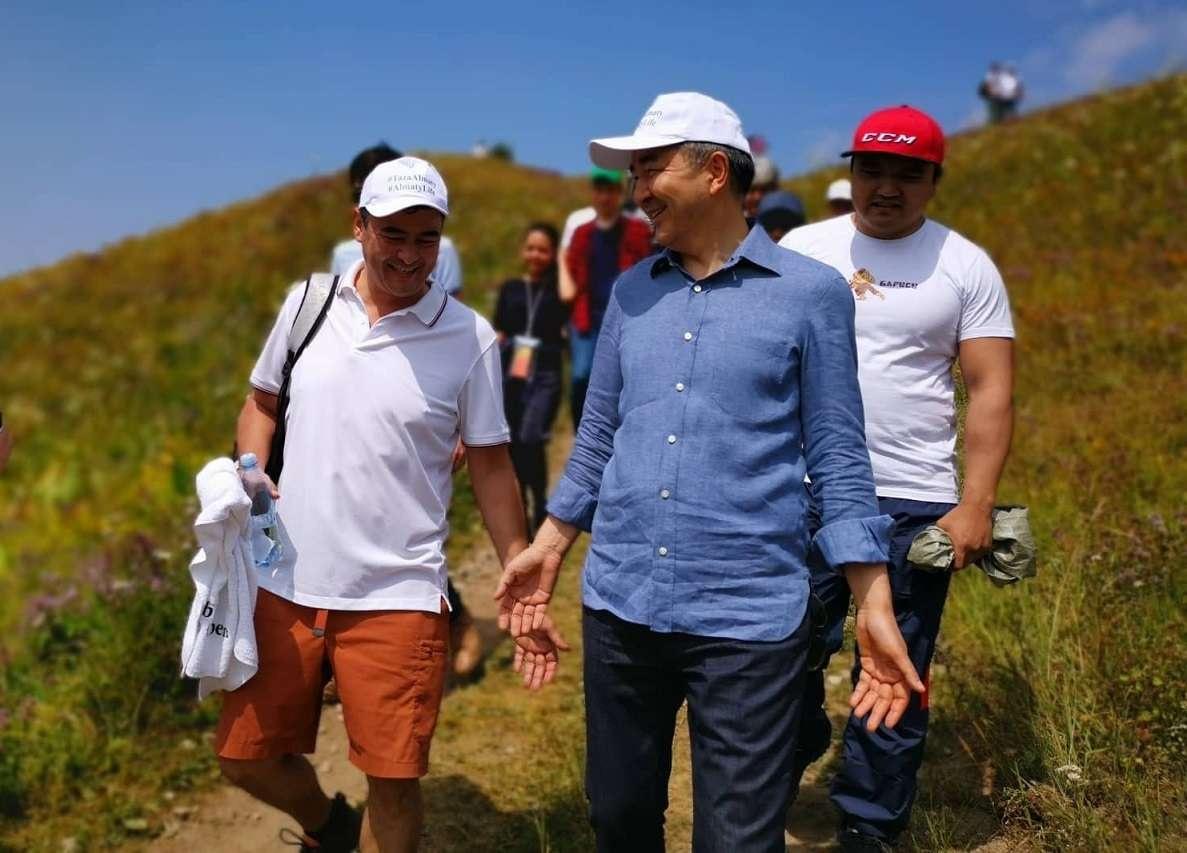 Аким Алматы Бакытжан Сагинтаев (в центре), бизнесмен, издатель Forbes Kazakhstan Арманжан Байтасов (слева), Максат Кикимов (справа). Кок-Жайляу, 27 июля