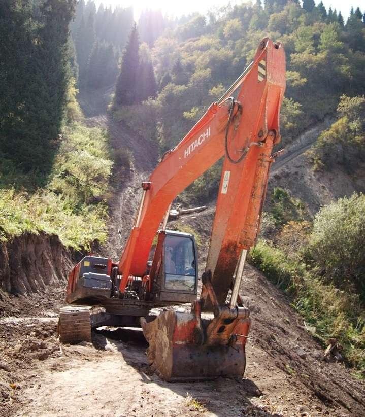 """""""Экскаватор в горах по дороге от базы """"Енбек"""". За ним виден новый участок строительства дороги – она разделяется на две ветки, правая более благоустроена, видимо, влево попробовали строить, но было слишком круто"""""""