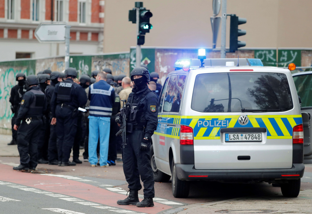 Полицейские на месте стрельбы в Галле