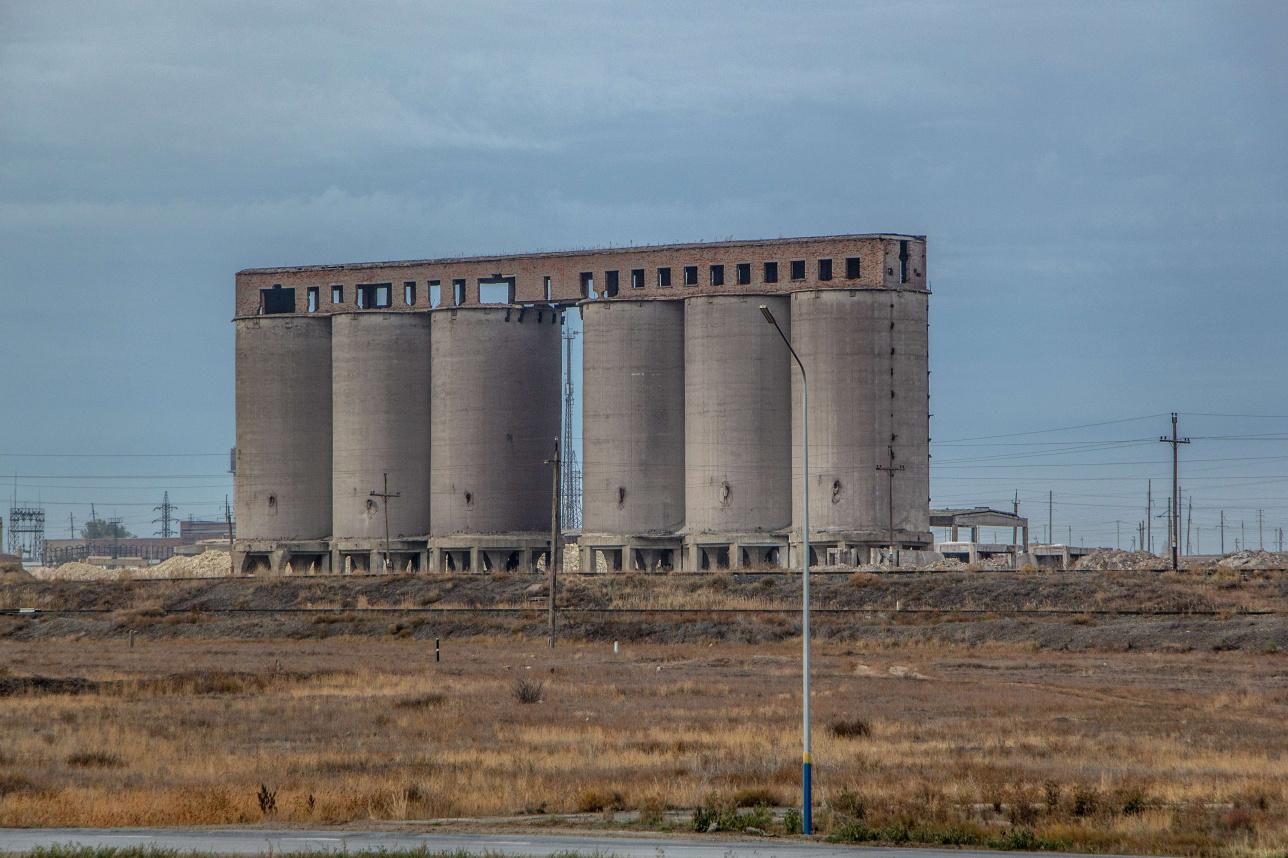 Местные рассказывают, что в этих бетонных баках Алгинский химзавод хранил свою продукцию. Но они больше похожи на зернохранилище