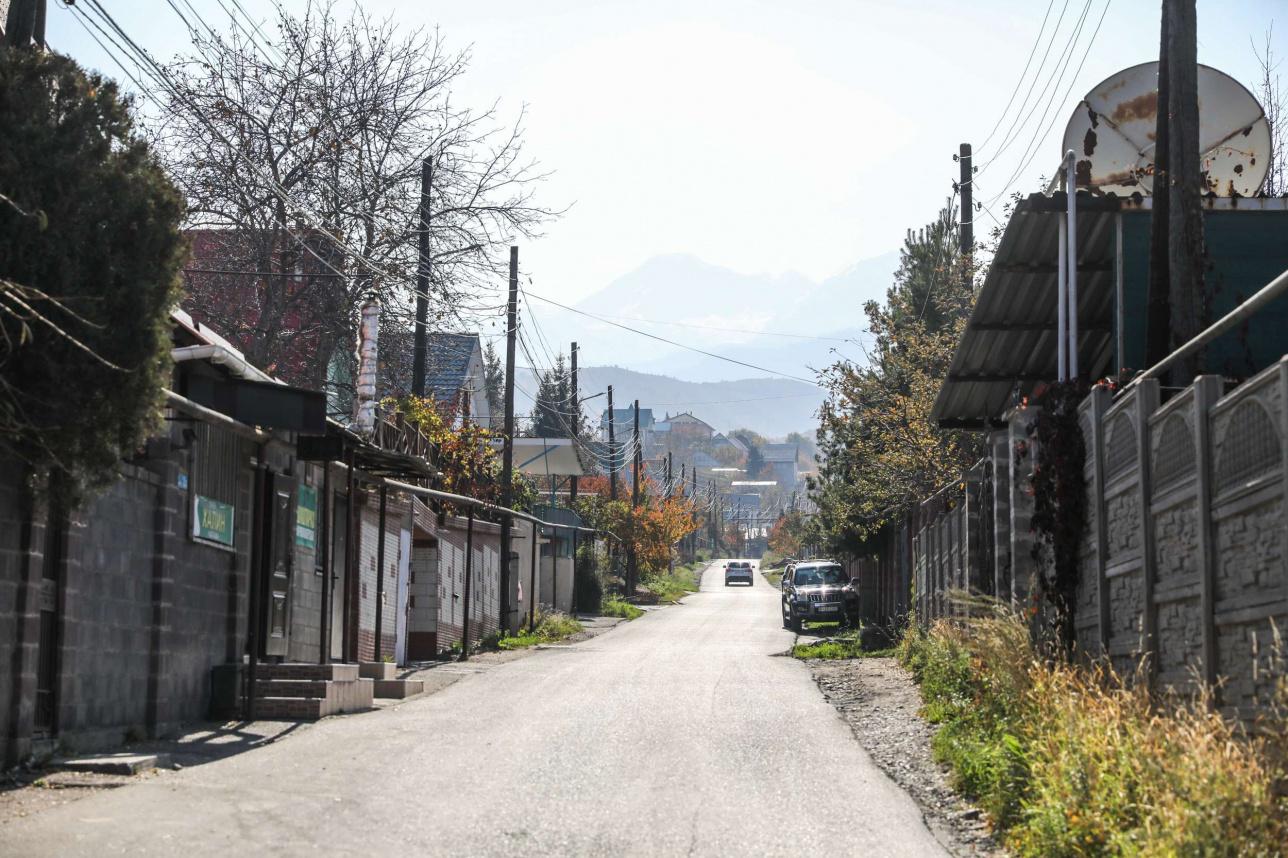 Аудандағы көшелердің көбінде тротуар мен арық жоқ