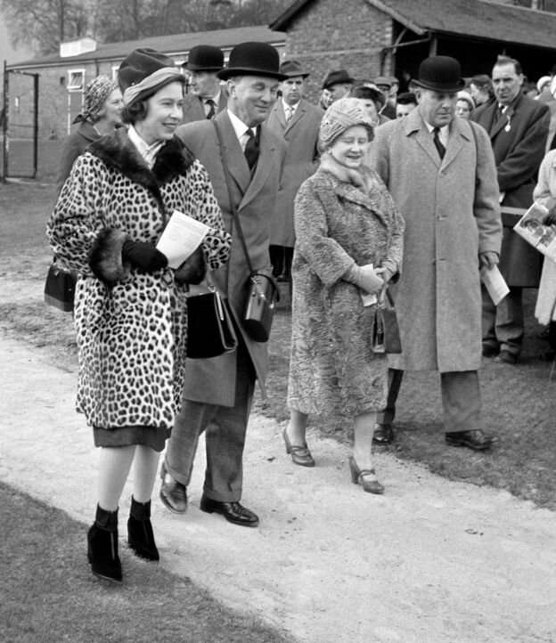 В 1950-х королева часто появлялась на публике в эффектном леопардовом пальто