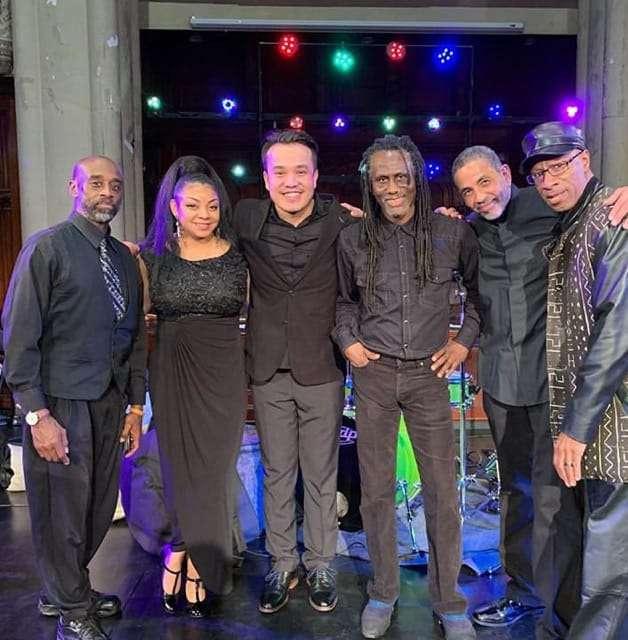 Орынбасар жеке көнцертінде өзімен бірге өнер көрсеткен афро-америкалық инструменталды музыканттармен бірге
