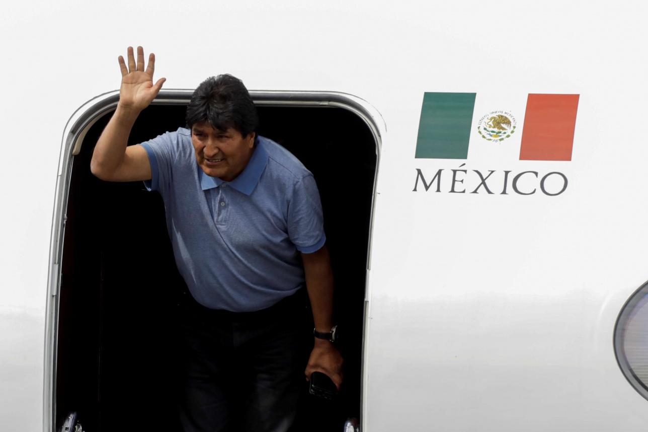 Моралес после приземления в аэропорту Мехико