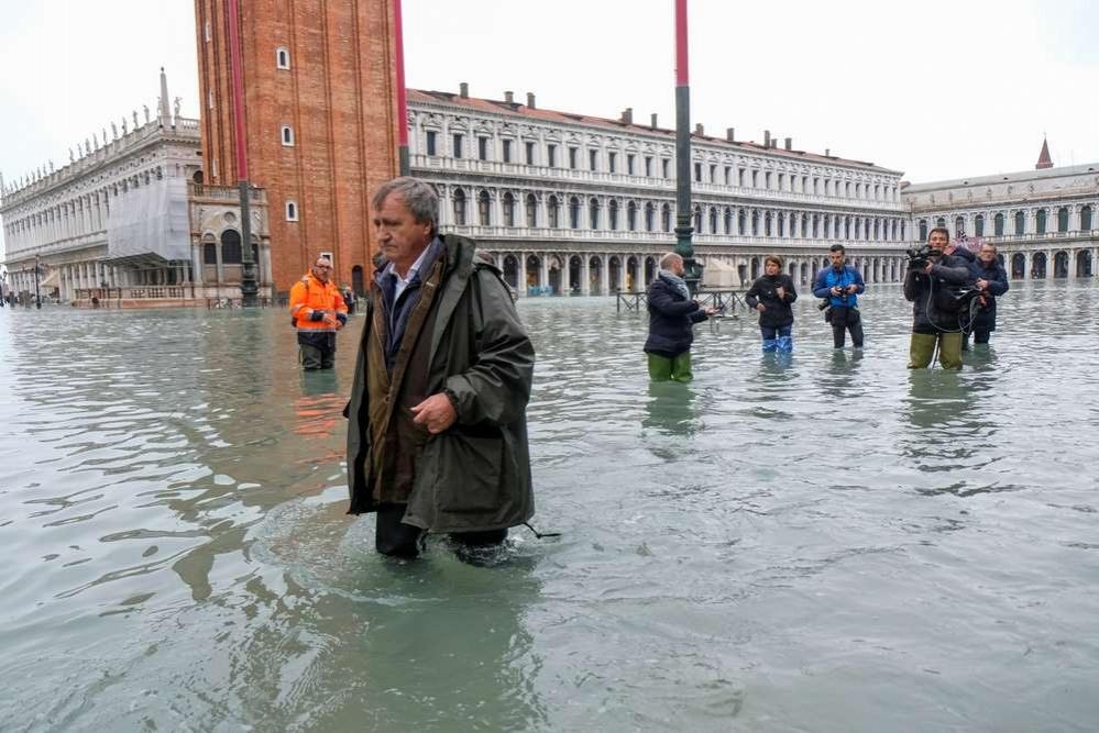Главная достопримечательность Венеции - площадь Святого Марка - в воде