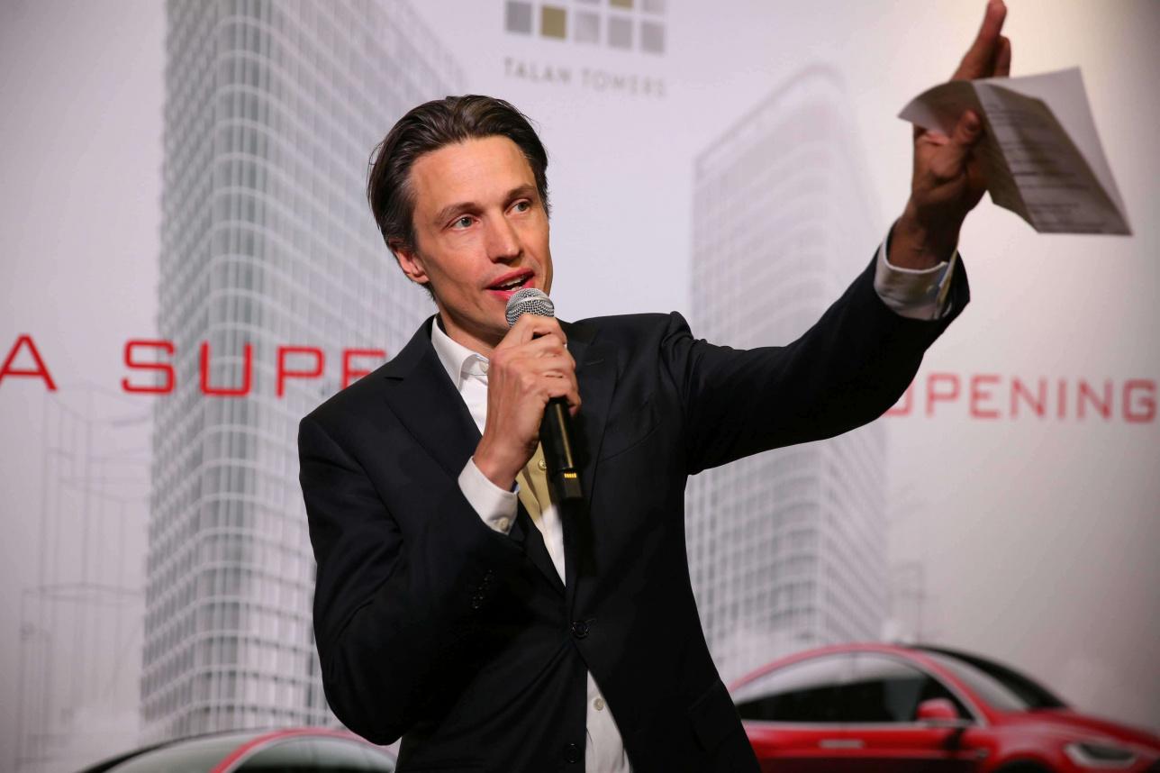 Представитель Tesla Motors Деннис Шунмахерс