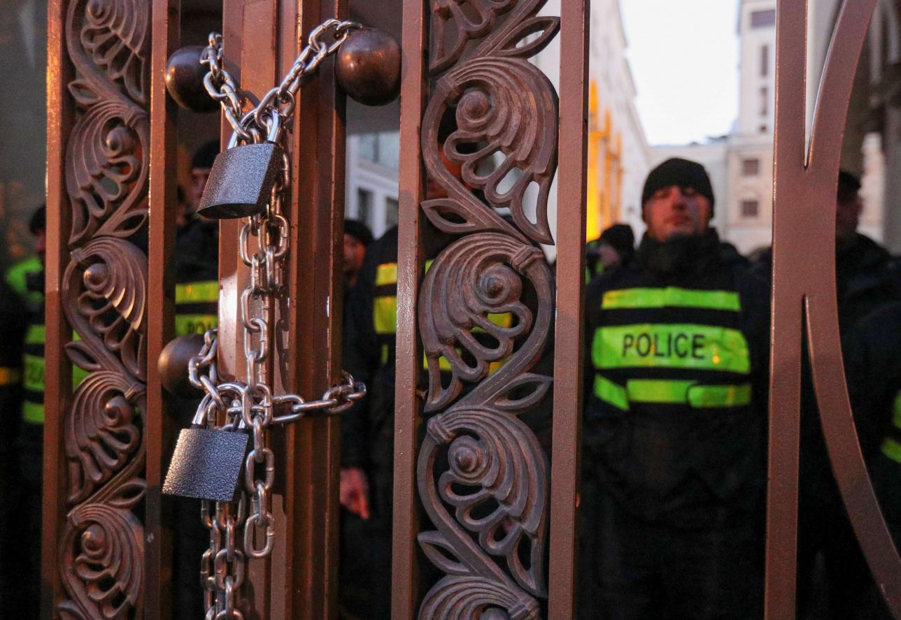 Замки на воротах парламента