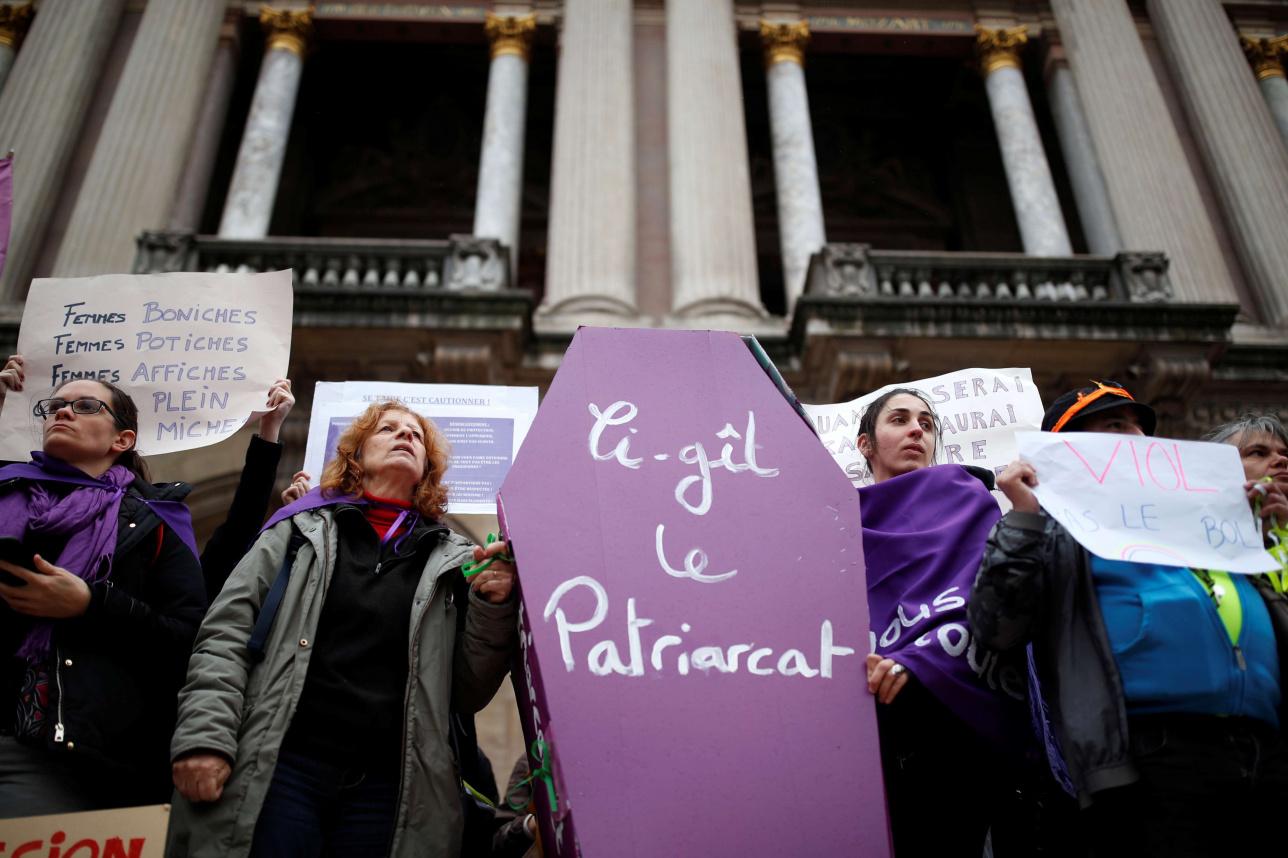 Женщины держат гробовую опору во время демонстрации против убийства и насилия над женщинами в Париже