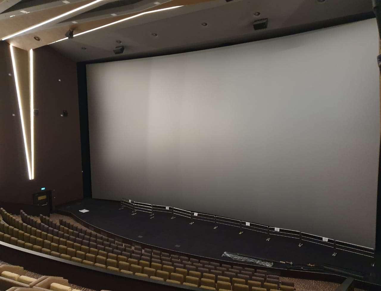 Экран в киноконцертном зале в Mega Alma-Ata