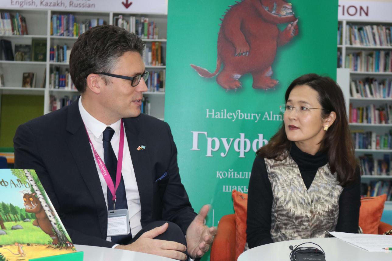 Джон Коулз и Раиса Сайран Кадер на презентации книги