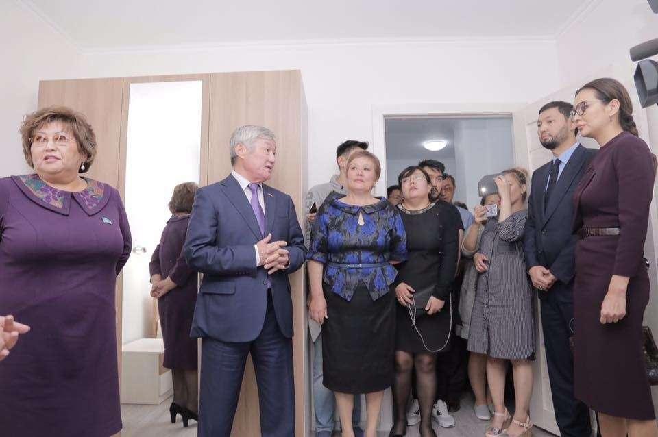 Асель Тасмагамбетова и Кенес Ракишев (оба справа) на церемонии открытия таунхауса для детей-сирот в Актобе