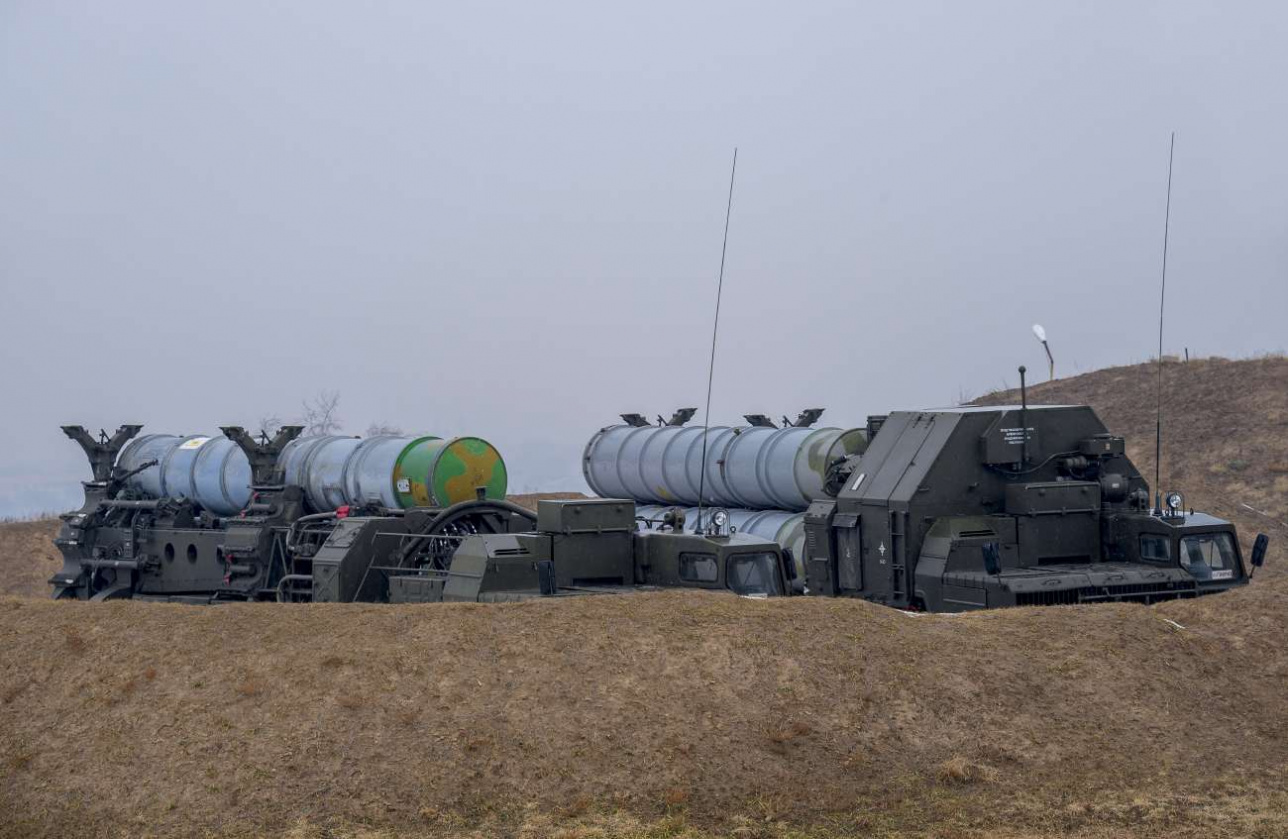Cтартовые батареи 5П85 в походном положении