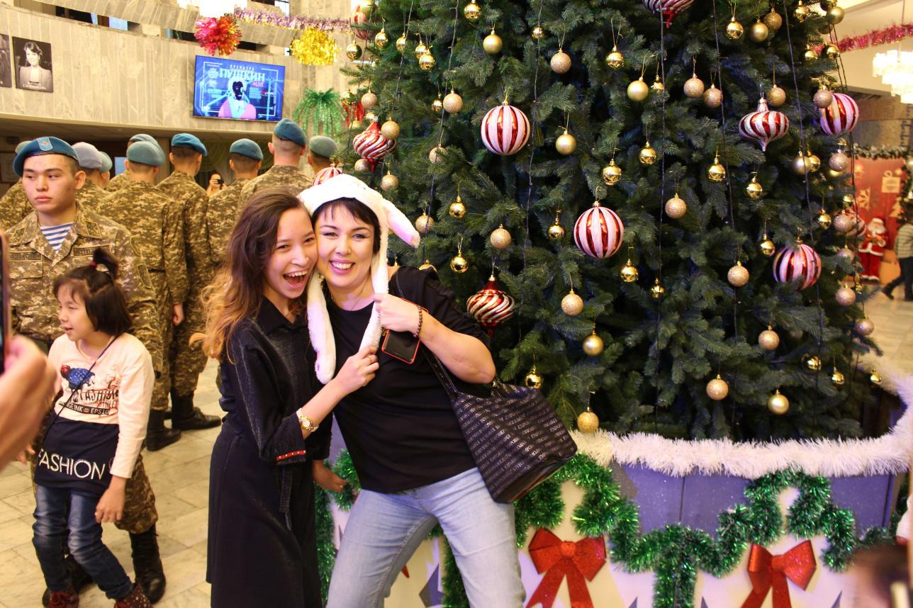 Фото под новогодней ёлкой